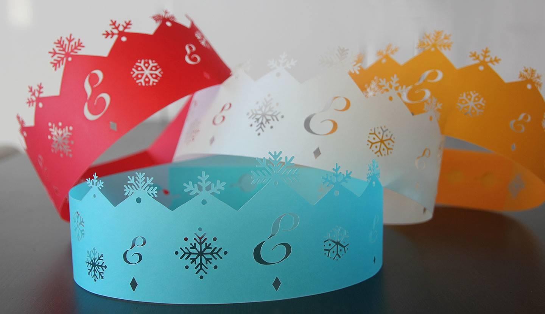 Couronnes colorées en papier découpées et poinçonnées avec le logo Ernest